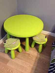 Toddler table with 2 chairs