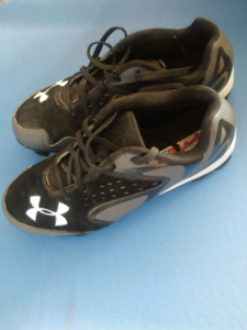 Under Armour youth baseball cleats Size 6Y