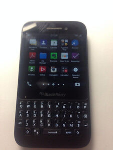 BLACKBERRY Q5 UNLOCKED GOOD CONDITION WITH CHARGER 514-679-5663