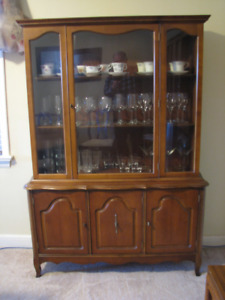 Dining room table with 4 chairs, hutch and 2 leaves