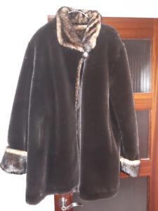 manteau hiver avec fourrure synthétique.  XL   Excellent état.