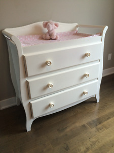 commode, changing table, valeur de 250$