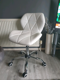 White office/desk chair in excellent condition