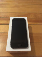 Iphone 5S Black/ Noir 16GB with charger and headphones