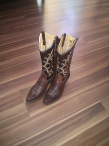 Size 8 BRAND NEW womens cowboy boots