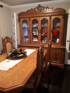 Oak Dining Room Table, Hutch, & 6 Chairs