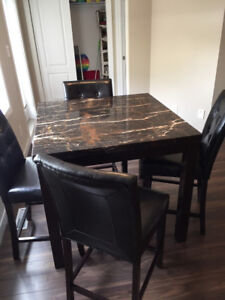 Like New Kitchen Table 4 Chairs