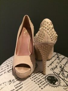 GORGEOUS NUDE VINCE CAMUTO GOLD STUDDED STILETTOS