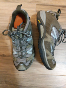 Brand new Merrell vibram gore-tex womens hiking shoes size 6.5