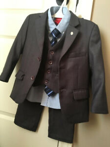 LIKE NEW! A COMPLETE 3 PIECE SUIT SIZE 4
