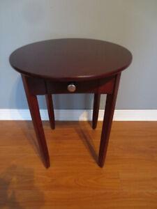 Petite table d'appoint couleur cerisier avec tiroir.
