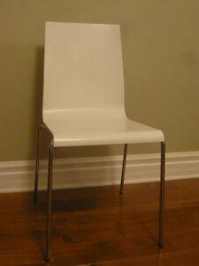 Chaise blanche en technopolymere
