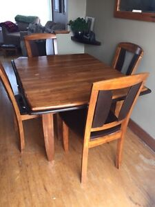 Kitchen table and 4 chairs with leaf.