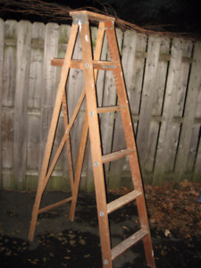 Escabeau / Échelle en bois 6 pieds très bonne condition