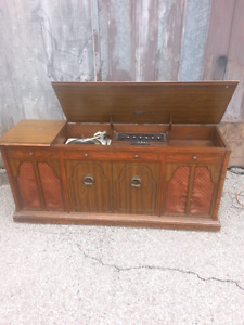 Antique radio/record player​ and singer sewing machine