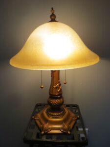 Lampe de table globe en verre ambre.