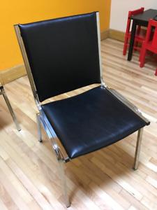 Chaises noires rembourrées