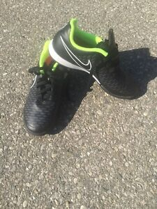 Various Youth indoor soccer cleats $15 each London Ontario image 4