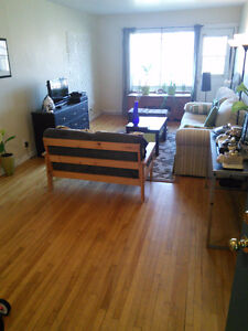 West Island -Really Big Room in Sunny Apt. in Pointe-Claire