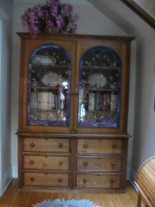 Armoire antique en frêne et noyer, portes avec vitrail.