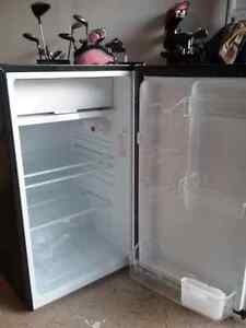 MAGIC CHEF APARTMENT SIZE REFRIGERATOR