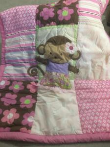 Literie et mobile de bassinette pour fille.