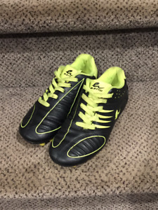 ELETTO SOCCER CLEATS BOYS SIZE 3 - USED