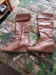 Women's Brown leather boots.