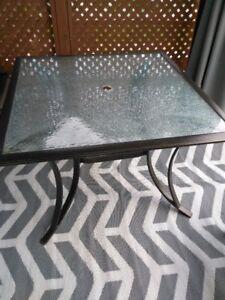 table patio avec dessus en vitre