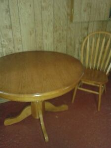 Solid light oak round pedistal table and 4 matching chairs