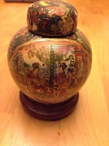 Asian collectable painted urn . Wonderfully detailed. $15 obo