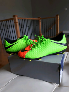 Youth soccer cleats - size 4.5