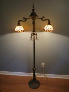 Lampe sur pied 2 têtes, globe genre Tiffany.