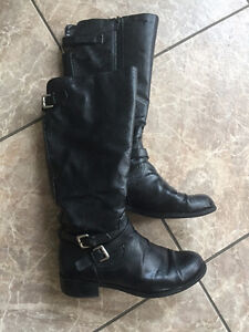 Black winter boots with zipper side and buckle details - size 7