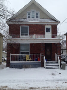 Queens Students!! Only a 7-minute walk to campus & 6 bedrooms.