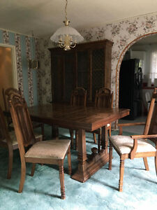 Dining Room Set w/ Table, 6 chairs + hutch