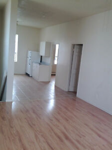 3 Bdrm $850 all incl on 2nd Floor 581 Pierre Ave (at Wyandotte)