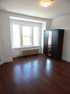SPACIOUS & BRIGHT 3 BEDROOM APARTMENT - CENTRETOWN