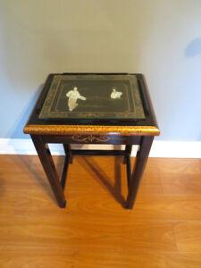 Petite table noir, avec dessin chinois protégé par une vitre.