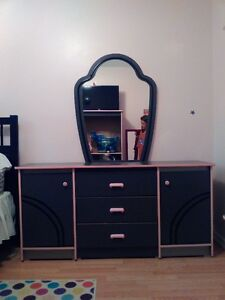 Beautiful 5 Piece Bedroom Set-Mint Condition