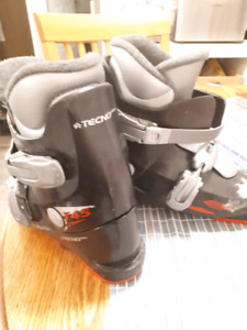 ski boots techno pro t45 -  220 to 225, size 4-4.5 approx