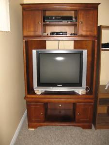 Meuble en coin en bois franc, avec télé