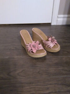 Vintage pink wedge heels with pink flower - late 90s, size 6-6.5