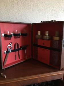 Valises de bar, vintage.  Accessoires de bar inclus.