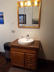 Meuble lavabo avec vasque de porcelaine, pharmacie avec lumière