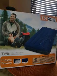 Twin size air mattress with pump