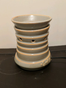 REDUCED Regular size Scentsy warmer