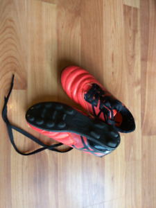 Size13 Kids' soccer shoes 99% new
