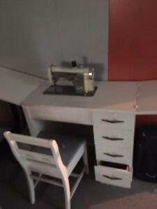 Machine à coudre qui entre dans le meuble