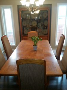 Beautiful Solid Oak Dining Table Set with Hutch For Sale